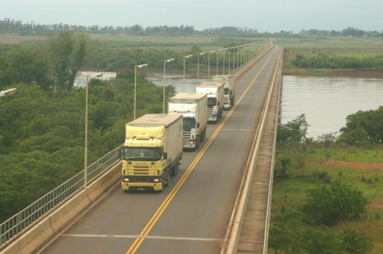 Paralisa��o na Argentina diminui fluxo de caminh�es na Ponte da Integra��o