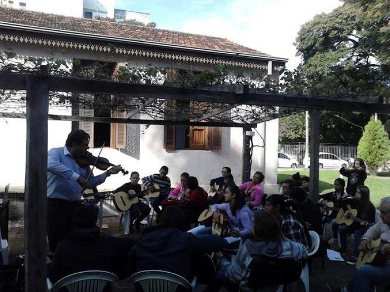 Orquestra Jovem Miss�es recebe novos instrumentos