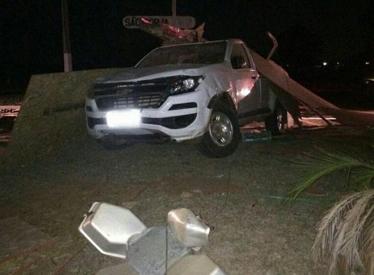Caminhão tomba e carga atinge outro veículo em São Borja