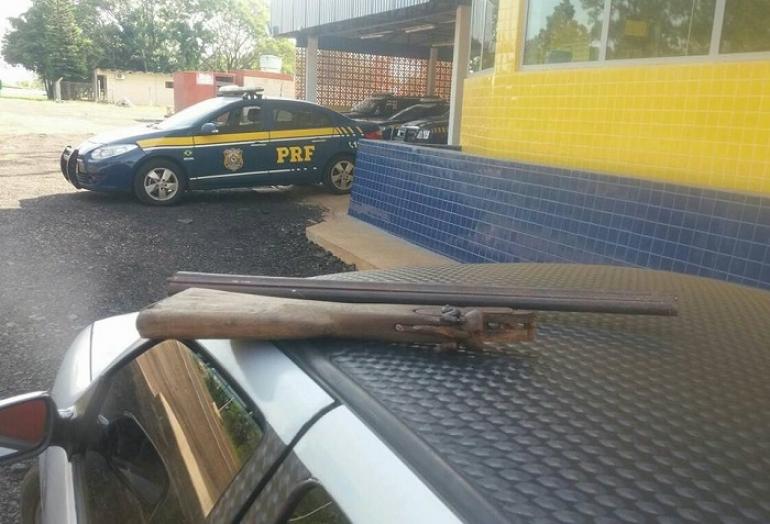 PRF localiza espingarda escondida dentro de veículo na BR 287