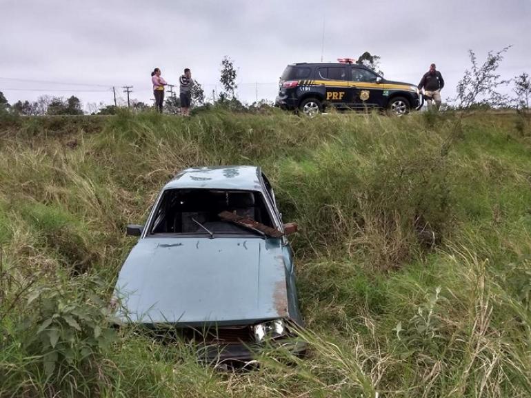 Motorista perde o controle de veículo e saí da pista