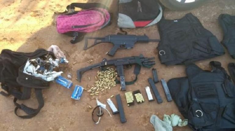 Armas são apreendias pela BM após perseguição aos suspeitos