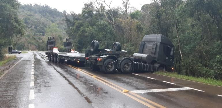 Após estourar pneu caminhão do Exército bloqueia parte da BR 287