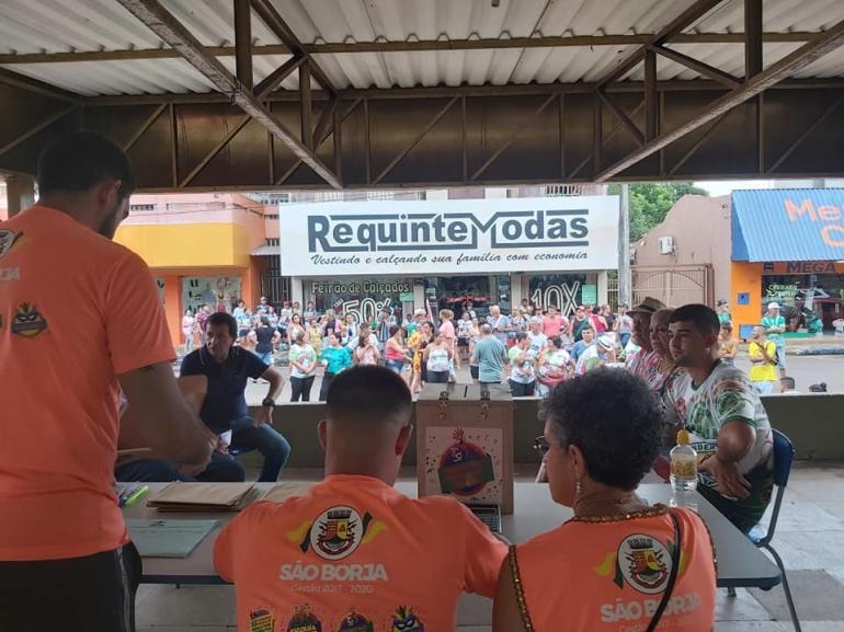 Apuração das notas das escolas de samba levou muitas pessoas à Praça XV