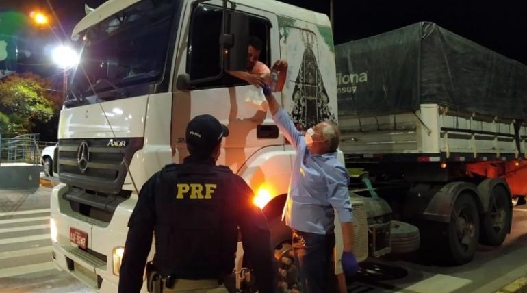 PRF e comunidade auxiliam os caminhoneiros nas BRs