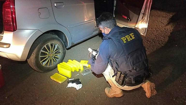 PRF prende traficante com drogas, arma e munições escondidos no painel de um carro em São Borja