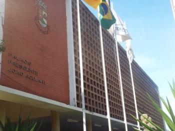 Prefeitura continua exonerações e cortes nas horas extras e diárias