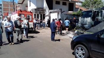 Caminhão derruba muro e mulher é atingida