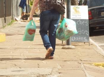Mercados abrem e comércio estará fechado no feriado